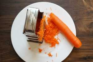 чистим морковь на терке