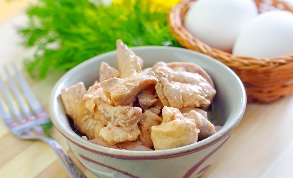 печень трески в тарелке - ингредиенты к салату