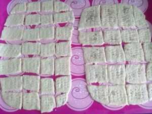 тесто для крекеров на листе
