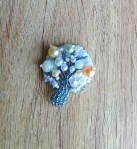 Брошь из бисера дерево