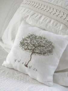 подушка с вышивкой в технике французский узелок