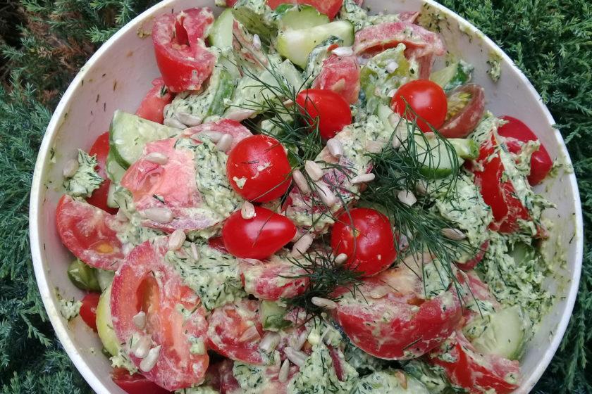 овощной салат с заправкой песто