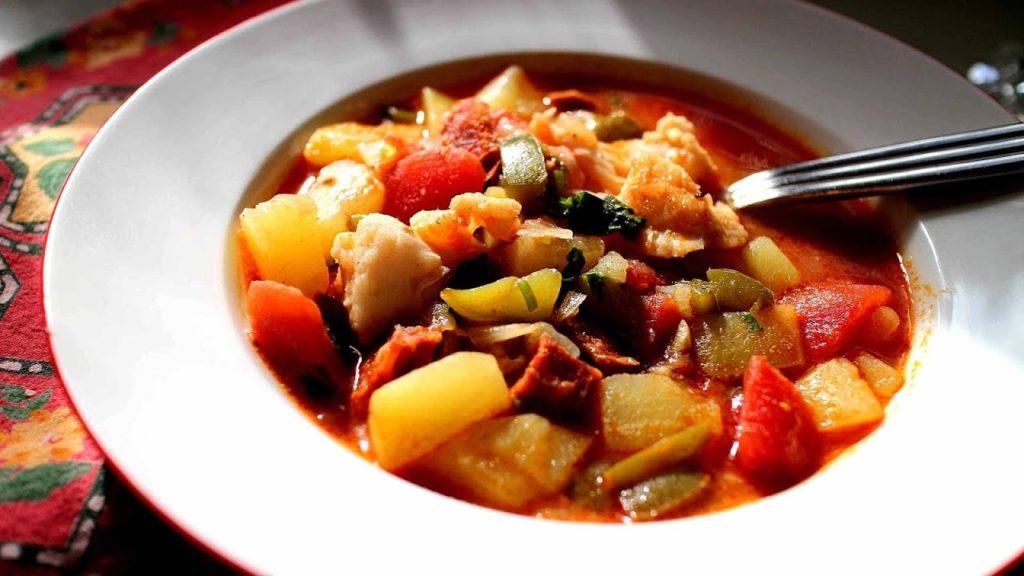 рагу из овощей и мяса в тарелке